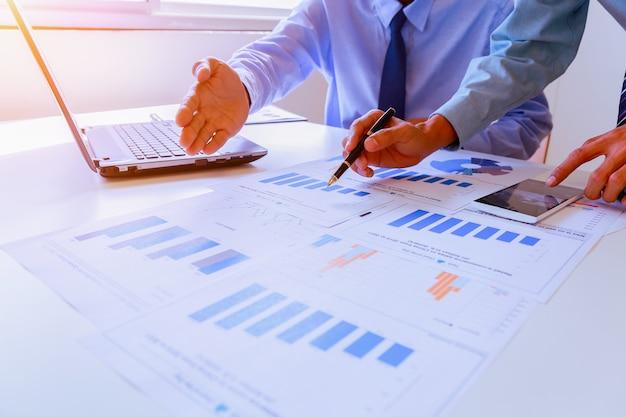 Две бизнес-команды обсуждают идеи и планируют получение прибыли в зале заседаний.