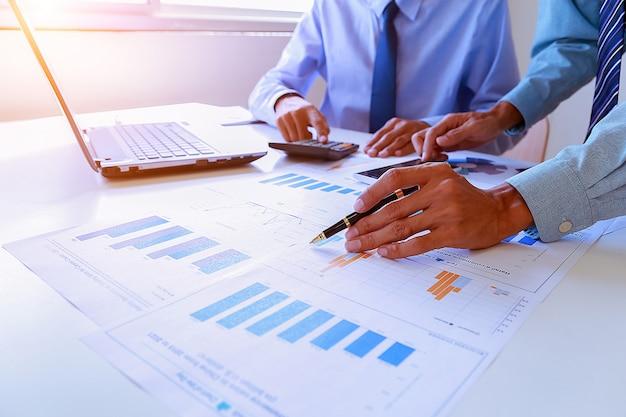 Бизнес-работа в команде, обсуждающая идеи и планирование резюме прибыли в зале заседаний.