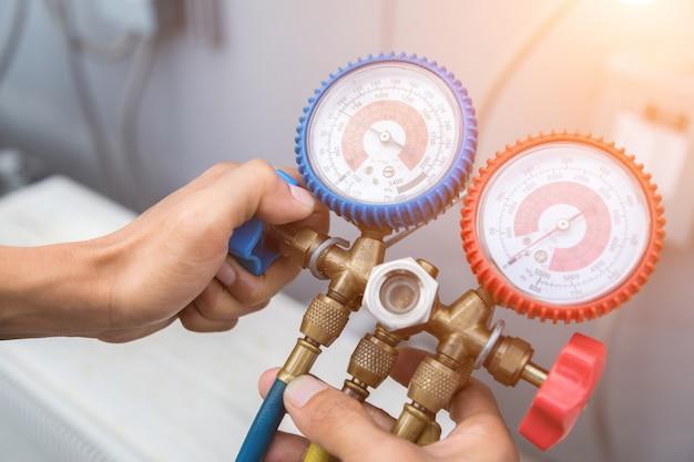 エアコンを充填するための圧力測定装置