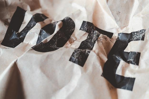 茶色の紙を丸めて投票印刷、民主主義の概念の崩壊