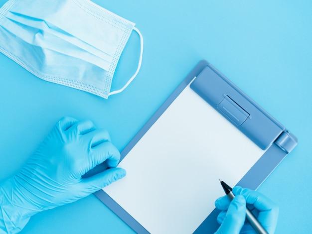 Документ с результатами теста на вирус короны на синем фоне с доктором синие перчатки и маска