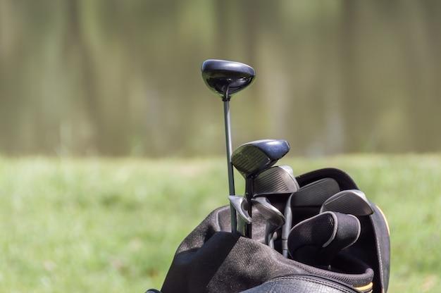 黒い袋のゴルフクラブ