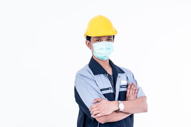 立っているとマスクを着ている男性エンジニア