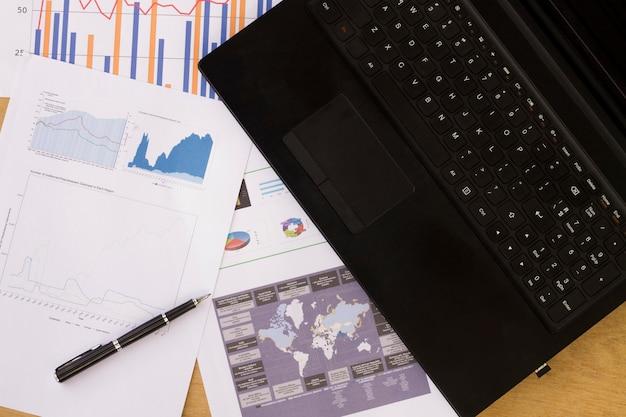 会社は会社の年次財務諸表を分析し、グラフィック文書とのバランスを取ります。