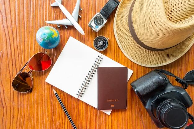 旅行者のアクセサリー、必須休暇項目、旅行の概念のオーバーヘッドビュー