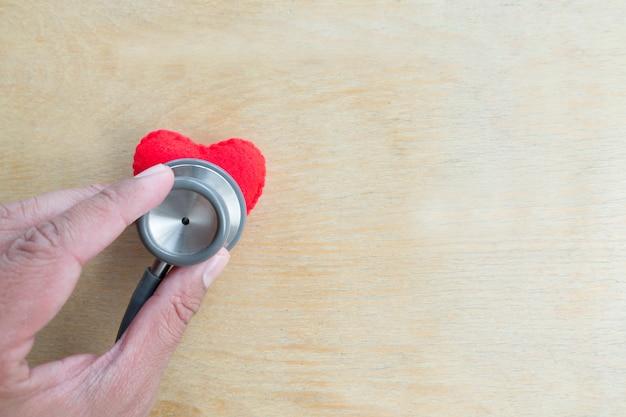 心臓と聴診器、ハートビートライン、ヘルスケアの概念。