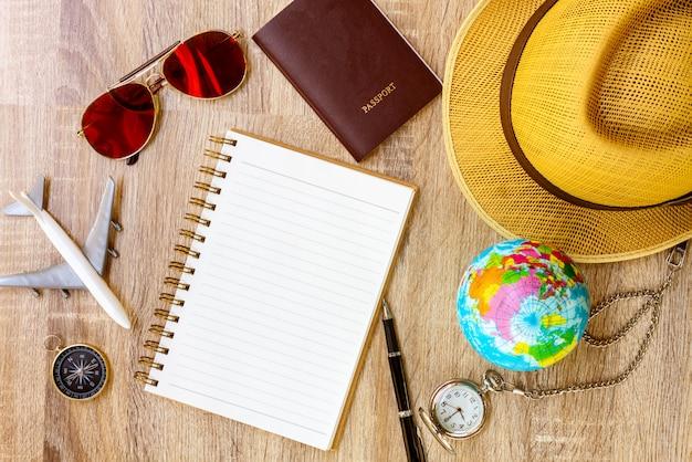 План путешествия, поездка в отпуск, туристический макет - снаряжение путешественника