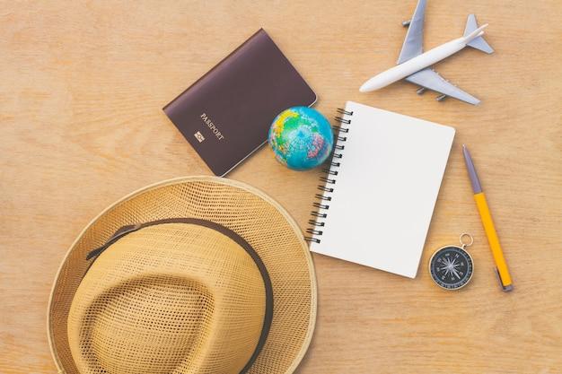 Плоские лежал путешественник аксессуары на фоне дерева с пустым пространством для текста. вид сверху путешествия или отпуск концепции. летний фон.