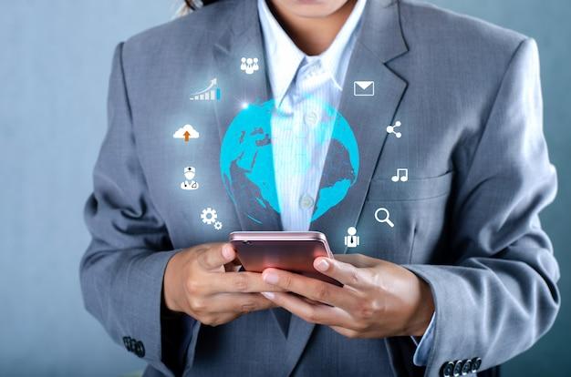 スマートフォンと地球の接続珍しいコミュニケーションの世界