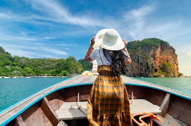 Ко кай женщины рады на деревянной лодке краби тайланд