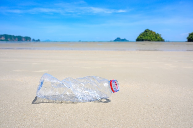 ビーチの海のペットボトルのゴミはビーチにあり、海と海洋生物の生活を汚染しています大都市のビーチでこぼれたゴミ。
