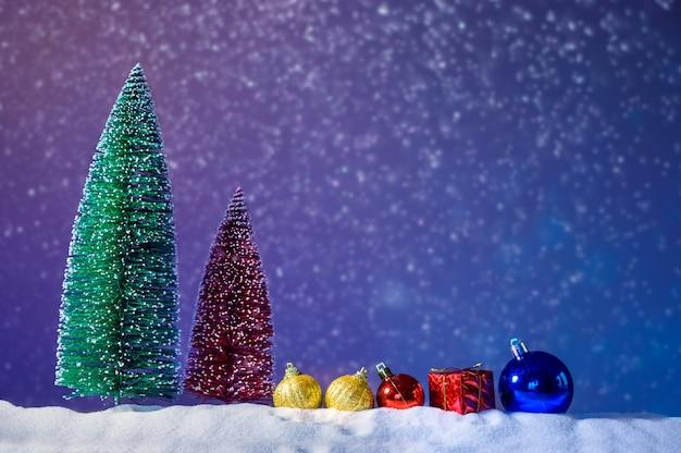 Веселого рождества и счастливого нового года приветствие фон. рождественский фонарь на снегу с елью