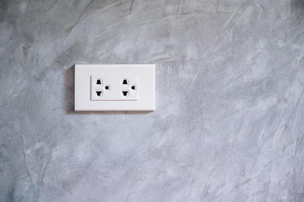 コンセント省電力コンセントに電気プラグを挿入する手