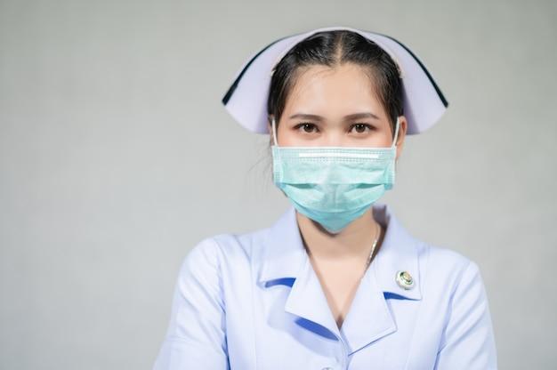 Медсестры носят медицинскую маску