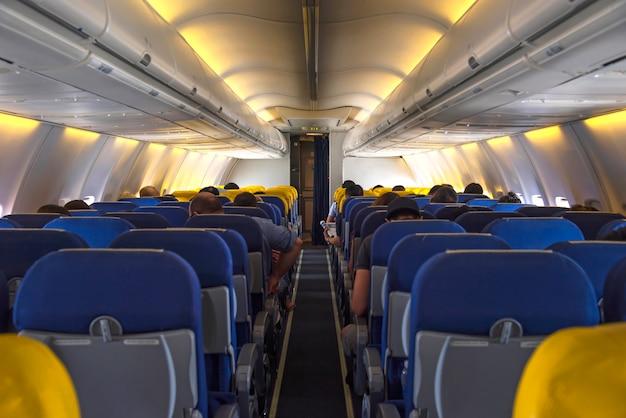 飛行機の室内灯が着席している乗客と離陸するのを待っている