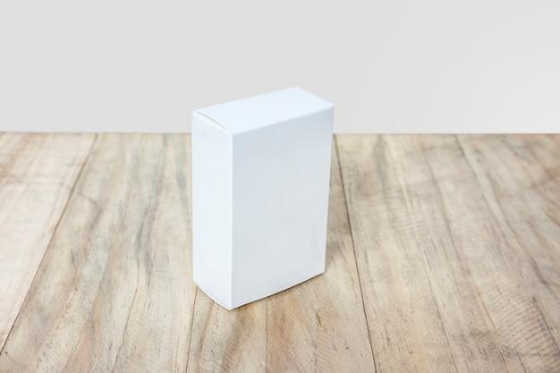 空の白い箱が製品のためにモックアップする