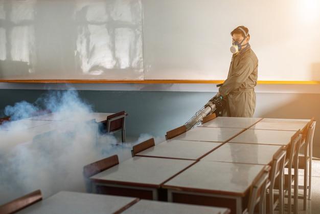 人は蔓延するデング熱とジーファウイルスを防ぐために蚊を排除するために霧を吹き払う