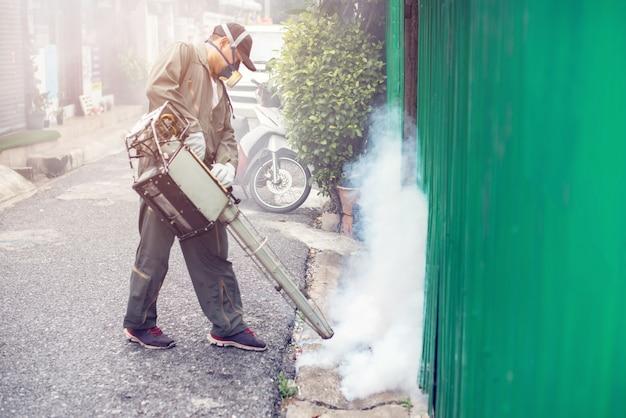 蚊を排除するために曇っている人の仕事のぼやけ