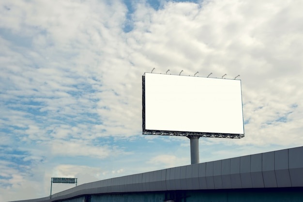 屋外広告ポスターのための青い空とブランクの看板