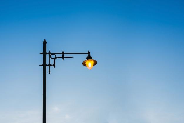 Освещение лампы на улице с фоном голубого неба