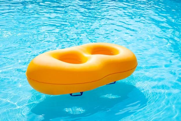 プールに浮かぶ黄色のゴム製リング