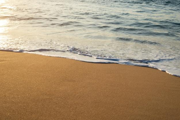 Морские волны на пляже, красивая мягкая пена
