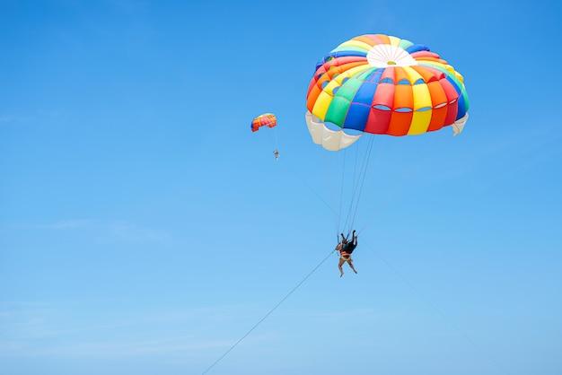 Разноцветный плавающий в небе парашют