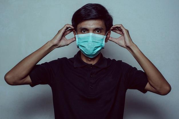 Человек в маске против вируса