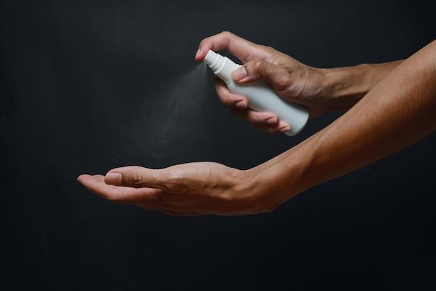 Мойте руки дезинфицирующим спреем