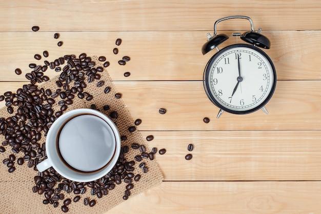 木製のテーブルの朝のコーヒーの時間