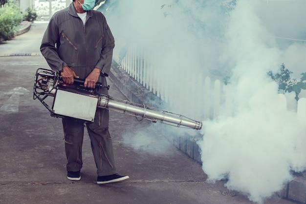 男は蚊を排除するために曇り作業