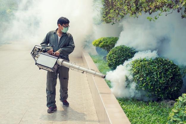 広がったデング熱とジーファウイルスを防ぐために蚊を排除する男の霧