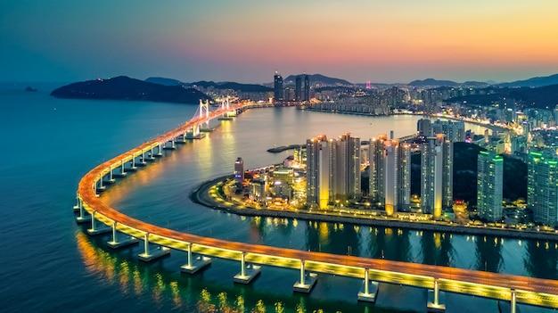 韓国で照らされた超高層ビル建築の航空写真