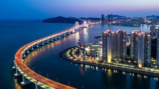 Аэрофотоснимок архитектуры небоскреба, освещенная в южной корее