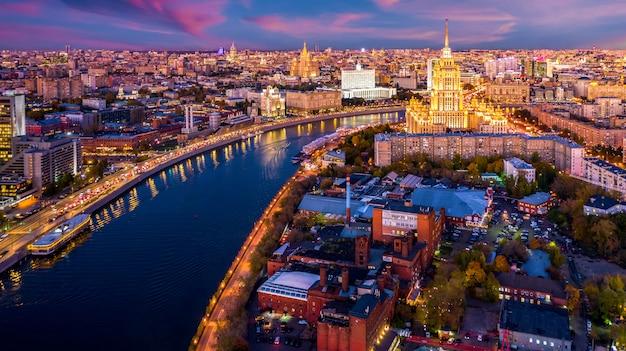 モスクワのスカイラインと高層ビルの歴史的建造物