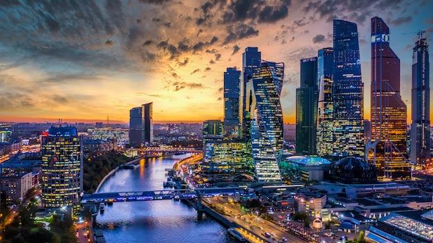 モスクワ市の超高層ビルとスカイラインの建築