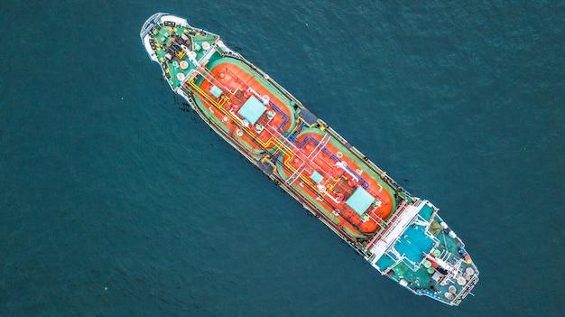 航空機のトップビューの油タンカー船、タンカー輸入輸出ビジネスロジスティック。