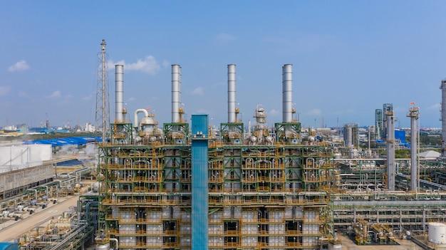 化学工場、化学工場、青い空と産業プラント、空撮。