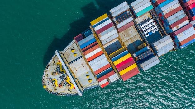 コンテナ船が港に到着、コンテナ船が深海港へ、物流事業の輸出入輸送および輸送、空撮