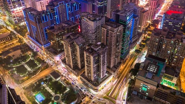 夜のマカオの街並みのスカイライン、夜の街の建物とタワーのマカオ航空写真ビュー。