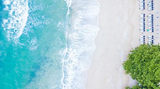 熱帯の青い澄んだ海の水、ラン島、パタヤ、タイのコーランビーチの空中平面図。