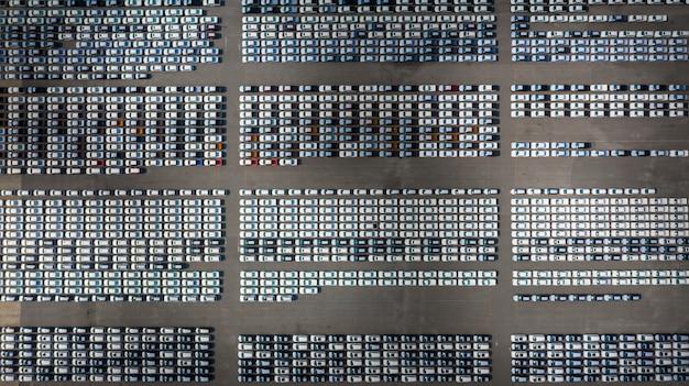 ビジネスカーの輸出入物流のために港に並ぶ新車、空撮。