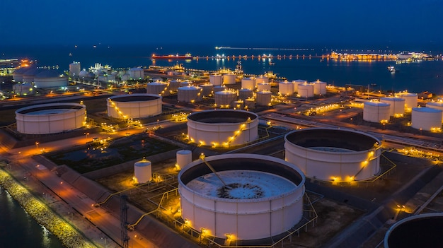 Нефтяной терминал - промышленный объект для хранения нефти и продуктов нефтехимии, готовых к транспортировке в дальнейшие хранилища, вид с воздуха.