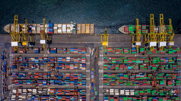 輸入輸出事業における空中上面図コンテナー貨物船の荷降ろし