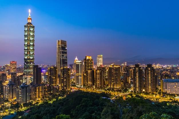 夕暮れの台湾街のスカイライン