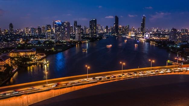 バンコクのダウンタウン、チャオプラヤー川、バンコク、タイのビジネスビルの夜景バンコク市内のスカイラインと高層ビル。