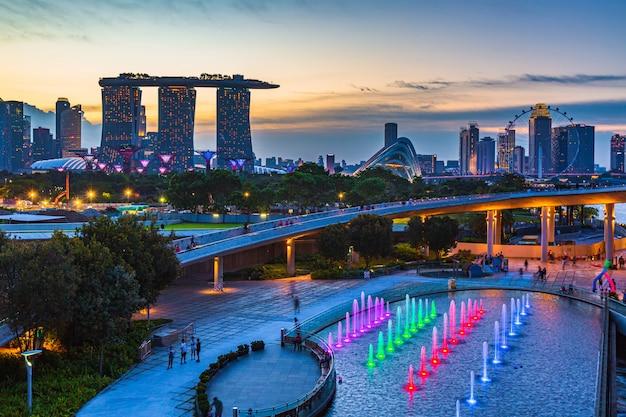 Горизонт сингапура и взгляд финансового района небоскреба сингапура центрального и финансового здания на заливе марины.