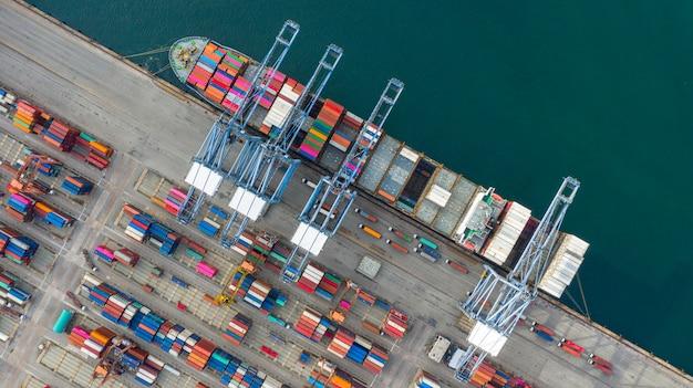 インポートエクスポートビジネスロジスティックと輸送でコンテナーを運ぶ空撮コンテナー船。
