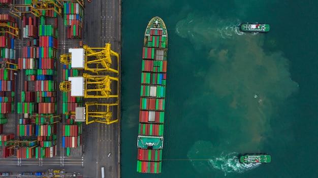 空撮貨物船ターミナル、貨物船ターミナルのアンロードクレーン、コンテナーと空撮産業港。