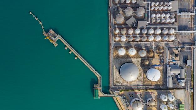 たくさんの石油貯蔵タンクと港の石油化学貯蔵タンク、工業用タンク貯蔵空撮とタンクターミナルの空撮。